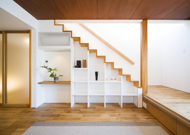 飾り棚を兼ねた階段