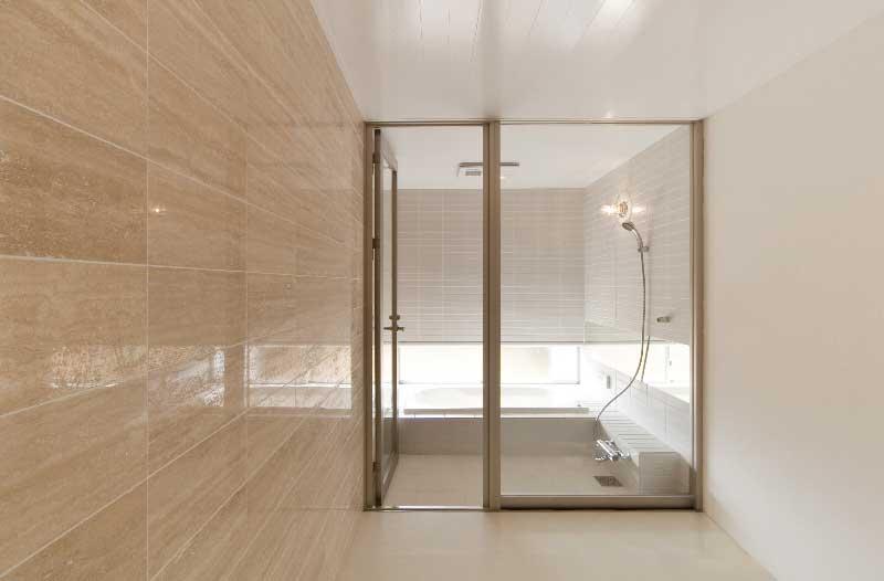 大理石壁の浴室