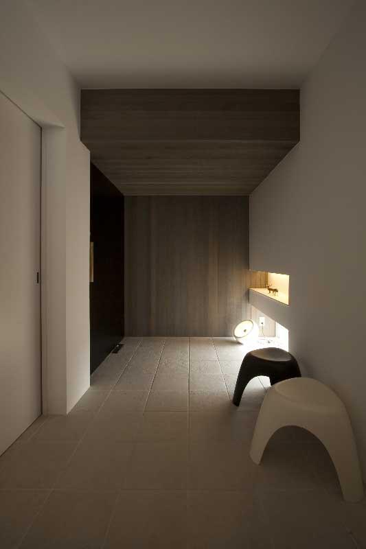 タイル床とレッドシダー壁の玄関