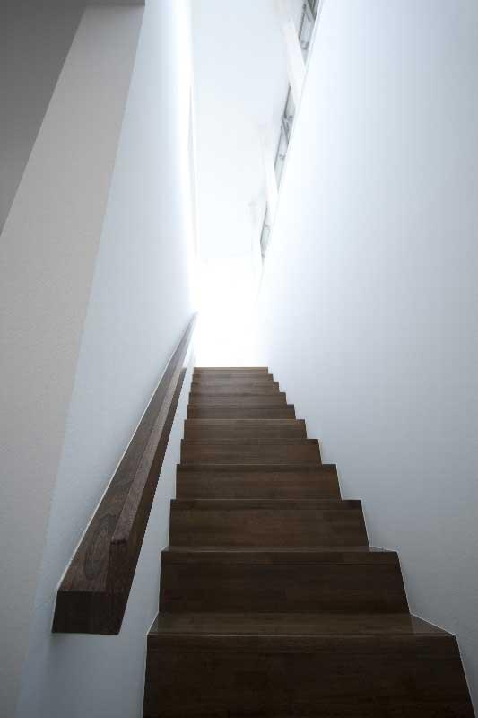 光の降り注ぐ階段室