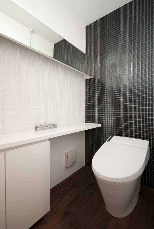 モザイクタイルのトイレ