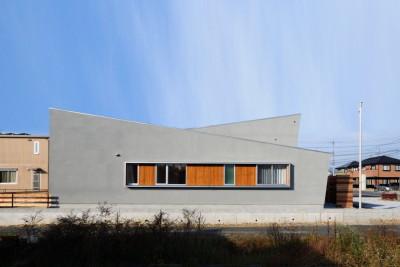 グレーの外壁をもつ玄関を共用した二世帯住宅
