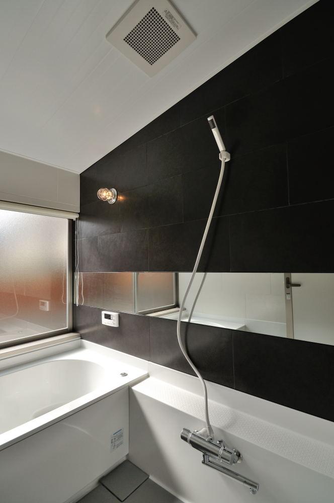 黒いタイルのハーフユニットバスルーム