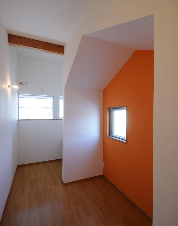 オレンジの壁の子供部屋