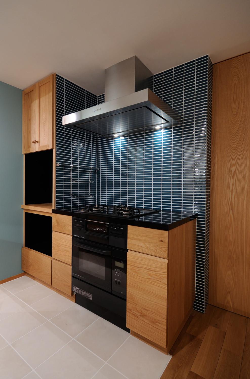 ブルーのタイルとオーダーキッチン、オーブン付き