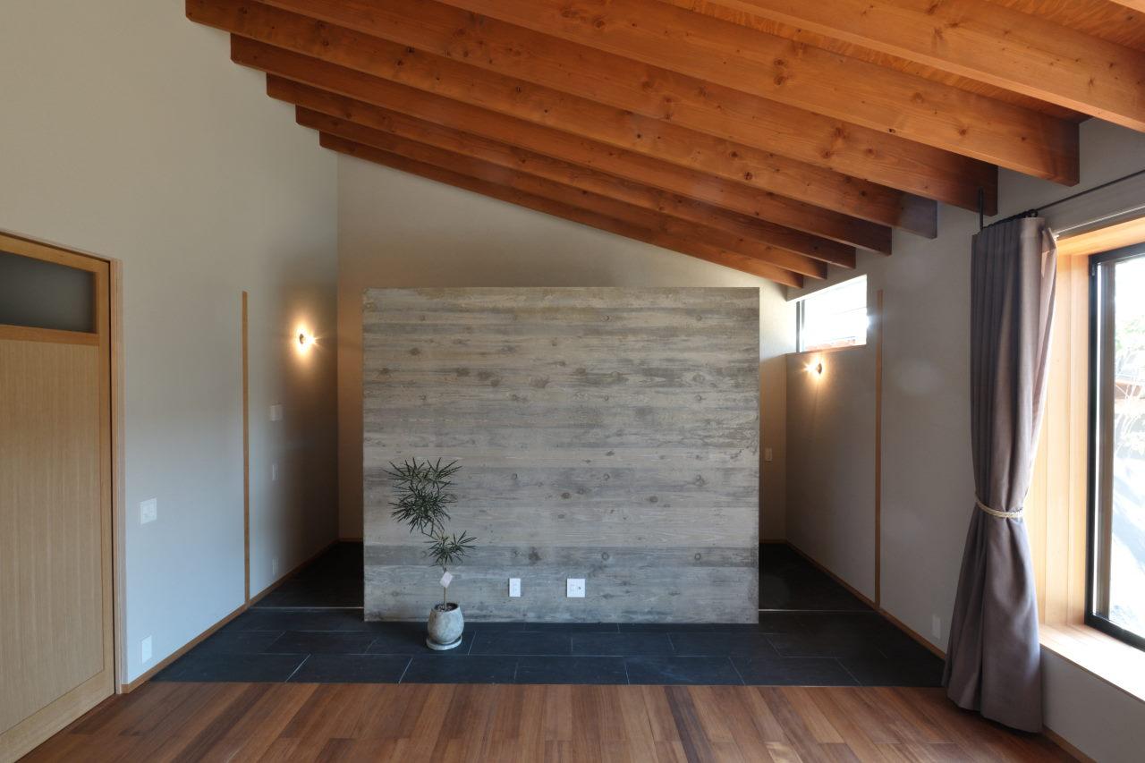 玄関とリビングを隔てる杉板型枠RC壁
