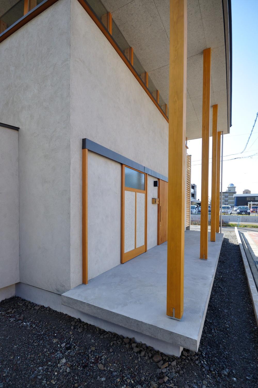 モルタル外壁と軒下空間