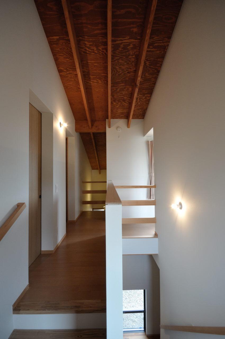 梁を現しにした階段室