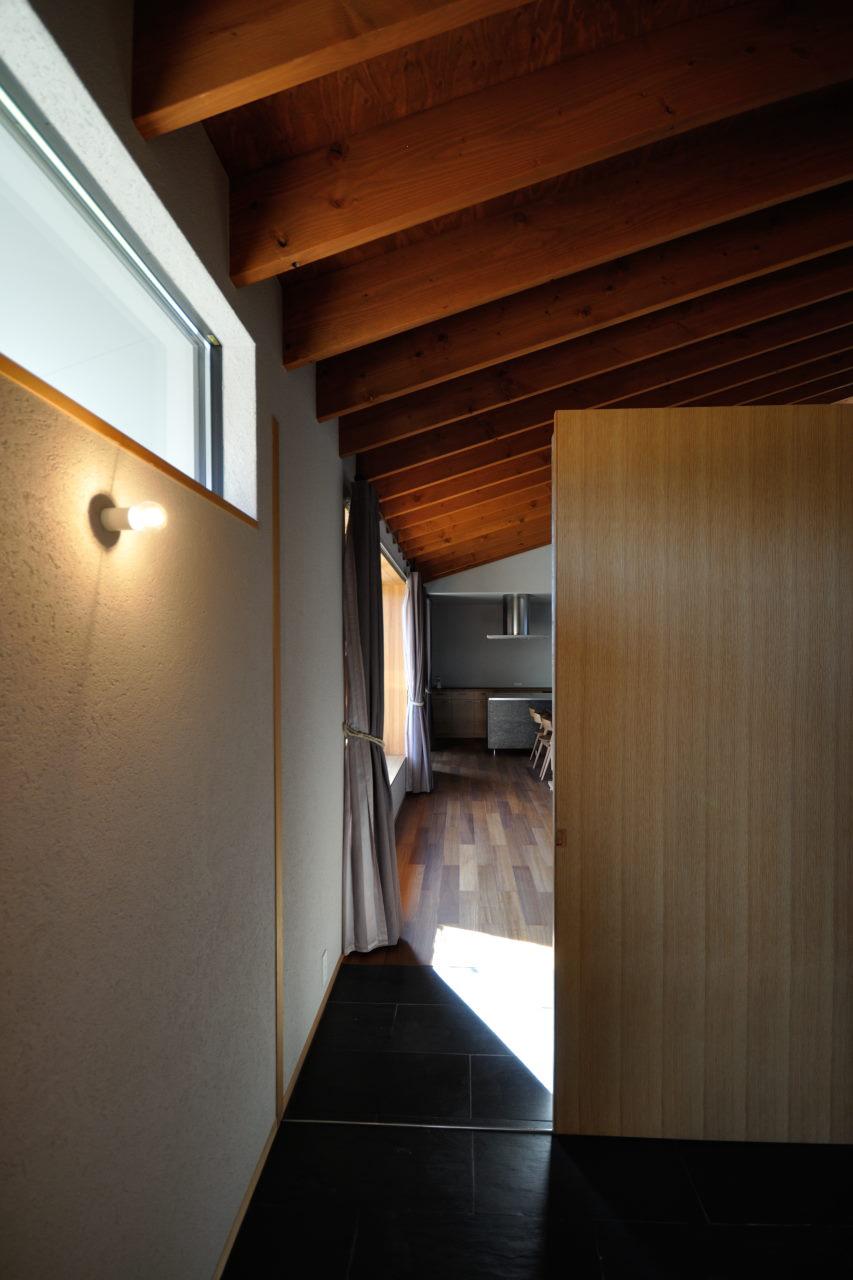 天井がつながった玄関アプローチ