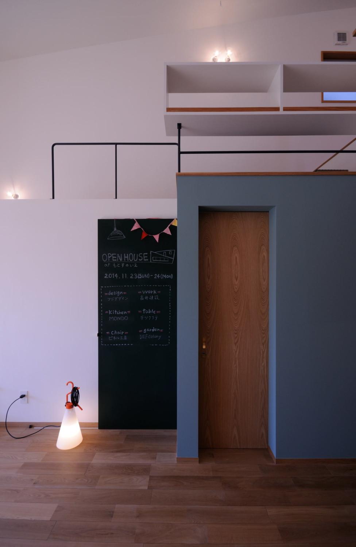 ブルーグレーのペイント壁と黒板塗装
