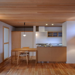 オーダーキッチンとラワン羽目板の天井