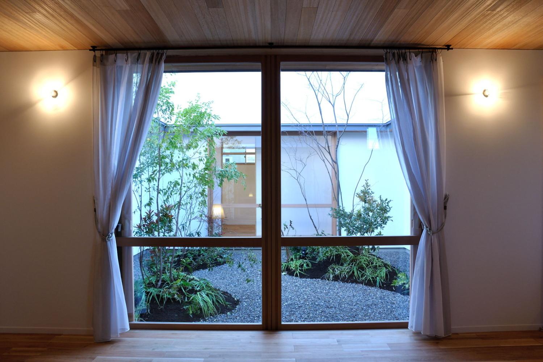木製建具から中庭を見る