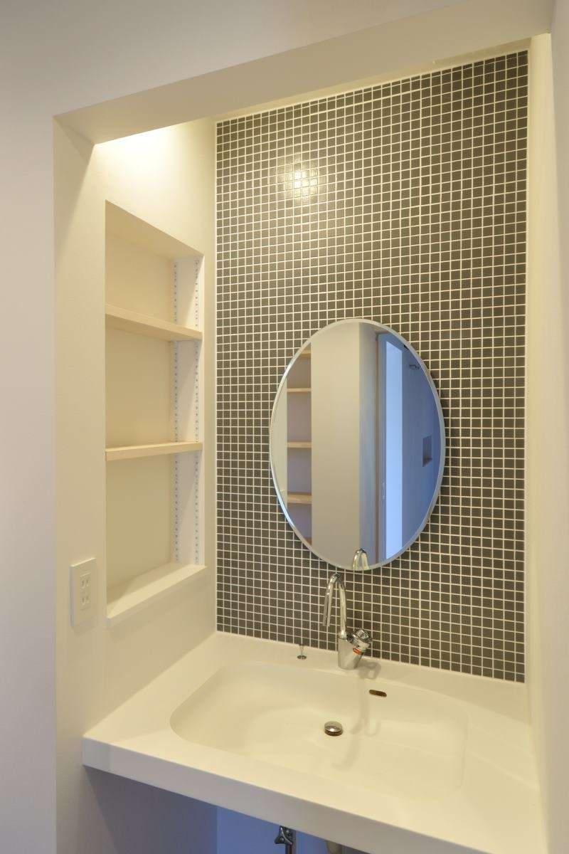 モザイクタイルの洗面室