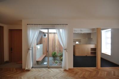 リビング。ヘリンボーン床と左官壁。