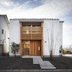 白いガルバリウム鋼鈑と木の外壁