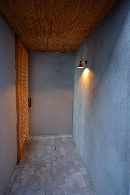 モルタルの外壁と格子扉
