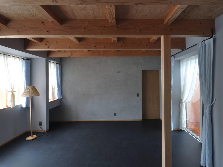 グレー壁と梁現しの寝室