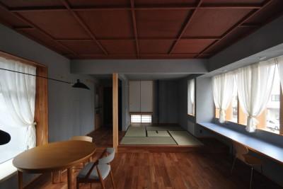 格天井とグレー壁のリビング