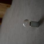 モルタル壁と照明